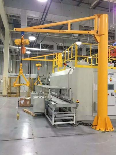 豪钢起重机为新纶科技专业定制独臂吊 开启合作新局面
